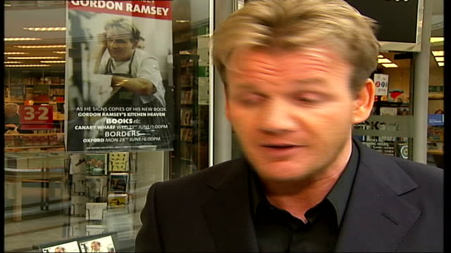 gordon ramsey bans smoking in his restaurants; itn england: london: west end: int cms packet of open marlboro cigarettes on table in claridges... - アントニー ウォラル トンプソン点の映像素材/bロール