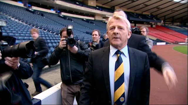 gordon strachan appointed new scotland manager scotland glasgow hampden park photography** gordon strachan along through press scrum gordon strachan... - ゴードン ストラハン点の映像素材/bロール