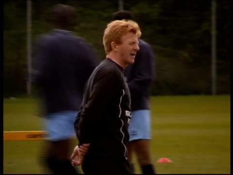 gordon strachan lib coventry ext gordon strachan along at training session - ゴードン ストラハン点の映像素材/bロール