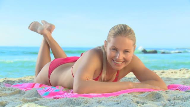 vídeos de stock, filmes e b-roll de gorgeous blond woman in red swimsuit / cape town, western cape, south africa - toalha de praia