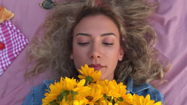 vídeos de stock, filmes e b-roll de menina de olhos marrons lindo - cheirar