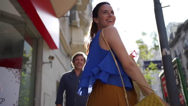 vidéos et rushes de femme insouciante magnifique dansant sur le centre-ville de rue dans une ville - mobilité