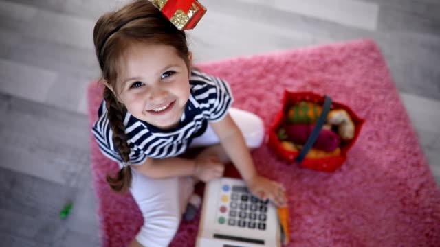 wunderschöne kinder spielen zu hause - verkaufen stock-videos und b-roll-filmmaterial