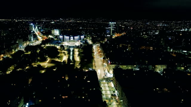 Wunderschöne filmische Drohne Schuss der Großstadt Lichter in der Nacht
