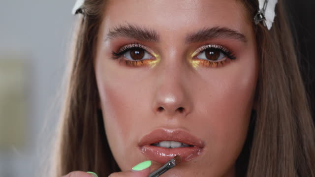 wunderschönes model in einem make-up-studio - lipgloss stock-videos und b-roll-filmmaterial