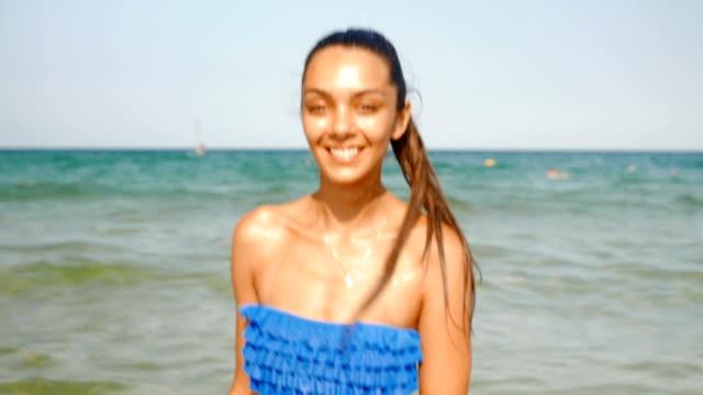 Wunderschönes Mädchen auf dem Strand Flirten Spiel mit Kamera