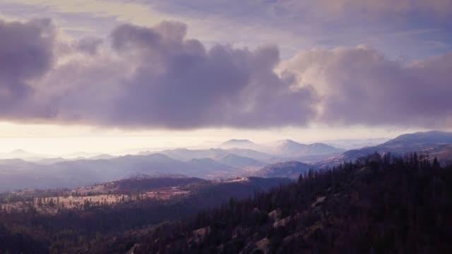 vidéos et rushes de paysage magnifique dans la sierra nevada en californie - tir de drone - parc national