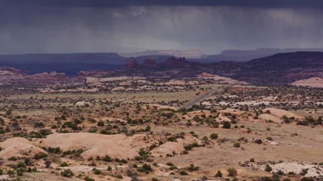 vídeos de stock e filmes b-roll de gorgeous landscape with dramatic storm near moab, ut - drone shot - moab utah