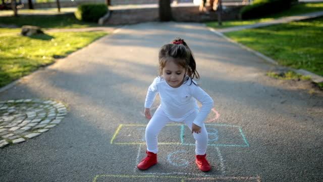 vídeos y material grabado en eventos de stock de hermoso niño pequeño jugando en el parque público - 2 3 años