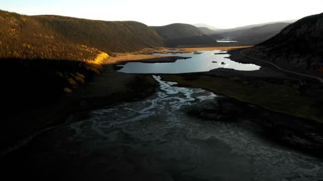 vídeos y material grabado en eventos de stock de montañas magníficas en paisaje oculto por drone - contraste alto
