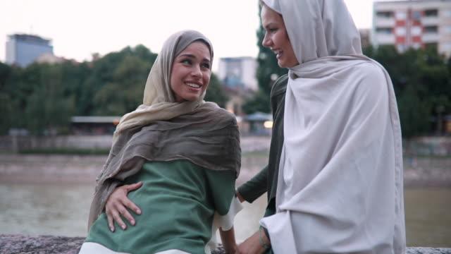 vidéos et rushes de superbe femme musulmane enceinte et son ami proche - islam