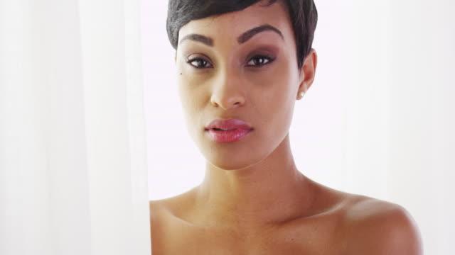 vídeos y material grabado en eventos de stock de gorgeous topless african woman looking at camera - articulación humana