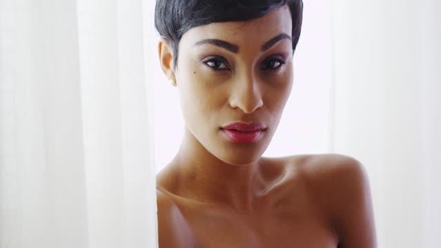 vídeos y material grabado en eventos de stock de gorgeous topless black woman looking at camera - articulación humana