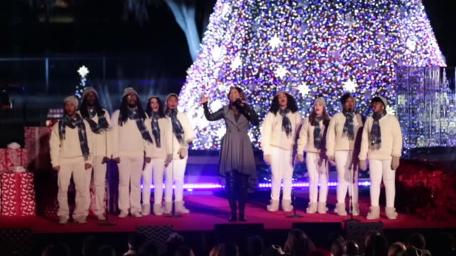 gospel artist yolanda adams accompanied by howard university afro blue vocal jazz ensemble performs at the 94th annual national christmas tree... - クリスマスツリー点灯式点の映像素材/bロール