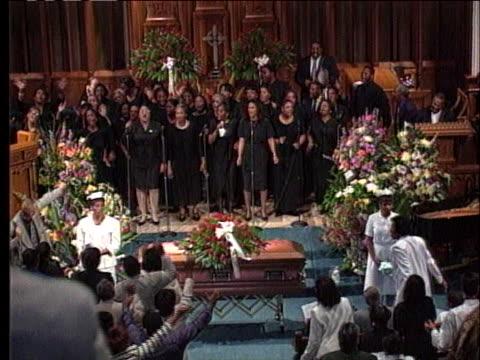 gospel choir performs at the funeral of slain former northwestern university basketball coach ricky byrdsong. - ゴスペルミュージック点の映像素材/bロール