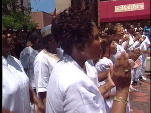gospel choir sings at an outdoor rally in evanston, illinois, following hate crimes committed throughout the state. - ゴスペルミュージック点の映像素材/bロール