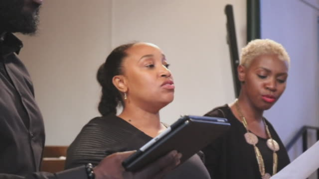 stockvideo's en b-roll-footage met gospel singers performing a song at the grenfell inquiry - gospelmuziek
