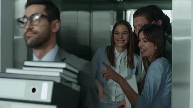 Commérages dans un ascenseur