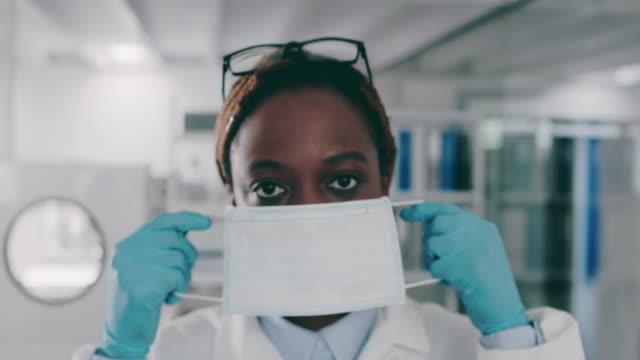 vídeos de stock, filmes e b-roll de tenho que proteger meu rosto - máscara cirúrgica