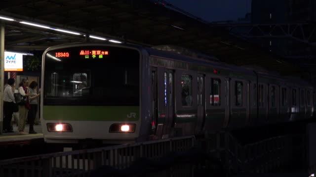 gotanda station at dusk - bahnreisender stock-videos und b-roll-filmmaterial