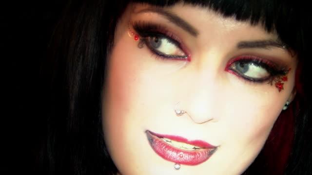 vídeos de stock e filmes b-roll de gótico rapariga 3 - piercing