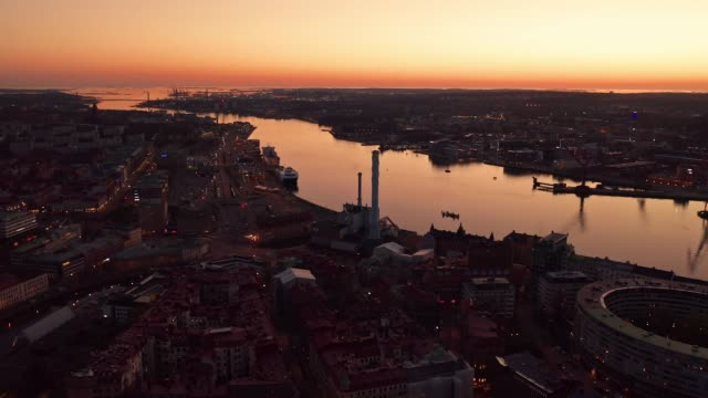 stockvideo's en b-roll-footage met gothenburg city skyline luchtfoto tijdens golden hour - back lit