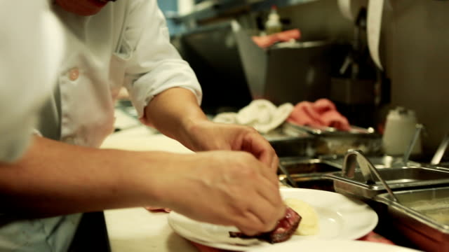 stockvideo's en b-roll-footage met gastronomische plating - kok
