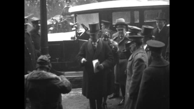 stockvideo's en b-roll-footage met gov al smith and wife catherine ann arrive and exit their car / inside smith holds his arm up for the oath of office / wearing an overcoat with a fur... - al smith