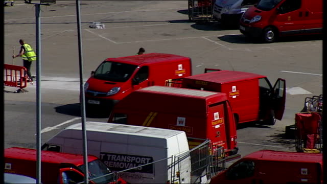 government accused of undervaluing royal mail shares r10071314 / tx ext post delivery vehicles along - 被告人点の映像素材/bロール