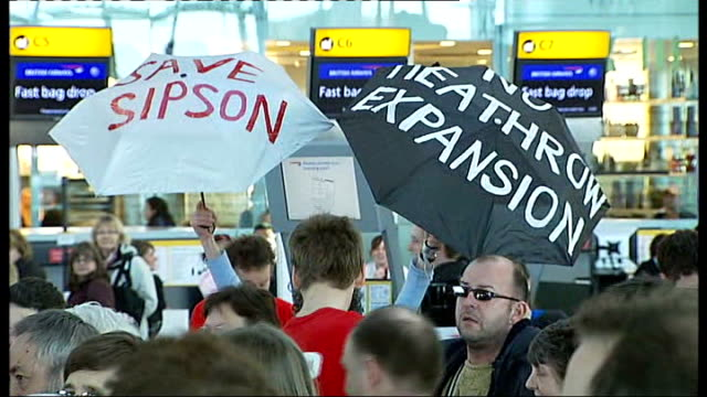 vídeos de stock, filmes e b-roll de government accused of uturn on heathrow airport expansion r16010908 sign 'no third runway' sign 'stop heathrow expansion' int protesters in airport... - stop placa em inglês