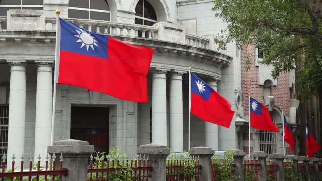 ws government building with flags of taiwan / taipei, taiwan - taiwanese flag stock videos & royalty-free footage
