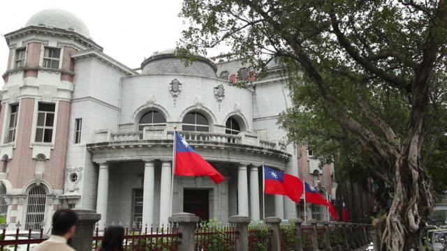vídeos y material grabado en eventos de stock de ws government building with flags of taiwan / taipei, taiwan - bandera de taiwán