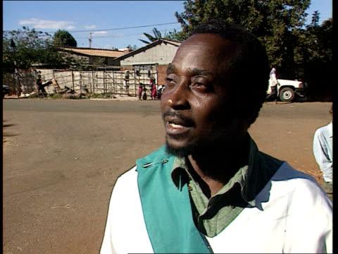 vidéos et rushes de government crisis; zimbabwe: harare: ext people standing chanting and praying for a better life bishop erizari jaramba leading people at prayer... - kérosène