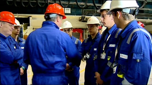 vidéos et rushes de government gives hinkley point c nuclear power station the goahead england somerset hinkley point int various shots david cameron mp wearing hard hat... - salopette