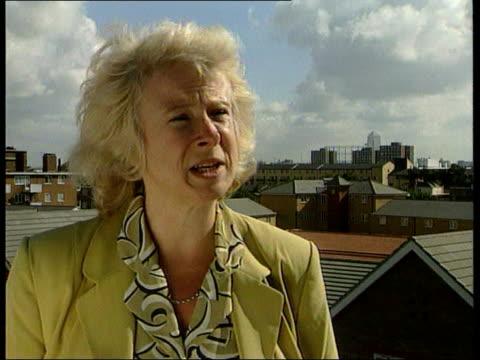 government housing improvement; itn england: cambridge ext hilary armstrong mp walking around new council housing estate london: peckham big ben' in... - itvイブニングニュース点の映像素材/bロール