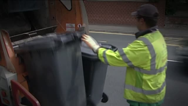 government increases living wage to one of the highest in the world; lib / tx 9.8.2010 england: gloucestershire: gloucester: ext wheelie bins emptied... - autografare video stock e b–roll