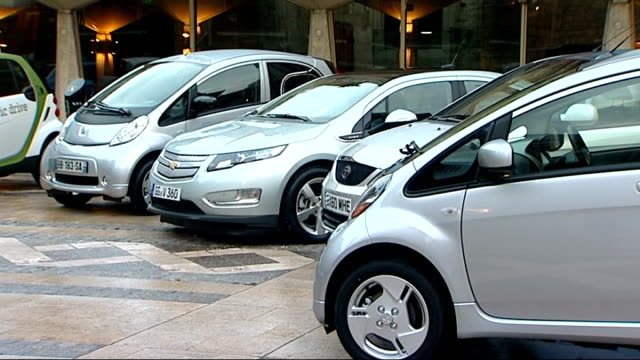 government offer discount on new electric cars: hammond photocall and interview; england: london: ext electric cars parked in semi-circle for... - fototermin stock-videos und b-roll-filmmaterial