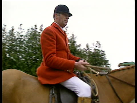 government plans to counter fox hunting protests england gloucestershire ext hounds of vale of white horse hunt down ramp from lorry zoom in bv... - seguire attività che richiede movimento video stock e b–roll