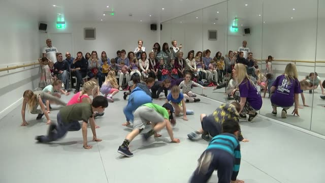 vídeos de stock, filmes e b-roll de government plans to scrap sats for 7yearolds various of primary age children at dance class as parents and siblings watch - primary age child