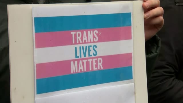 vidéos et rushes de government report on transgender equality released t30101506 / tx close shot sign 'trans lives matter' protesters with posters and placards outside... - trans
