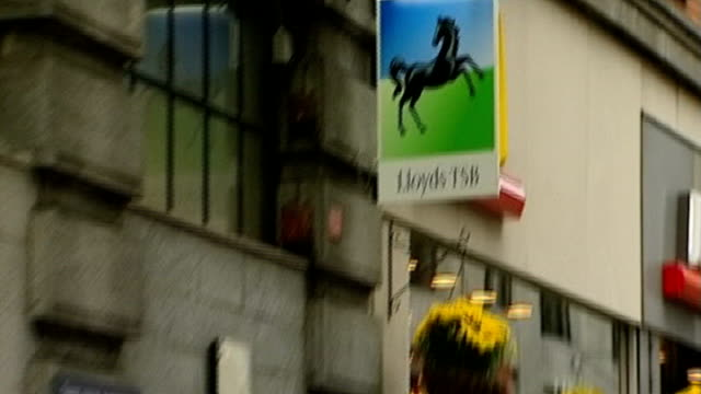 vidéos et rushes de government sells 6 per cent stake in lloyds banking group date lloyds tsb sign pull out people using atms sign in window reading 'current account... - poteau en bois