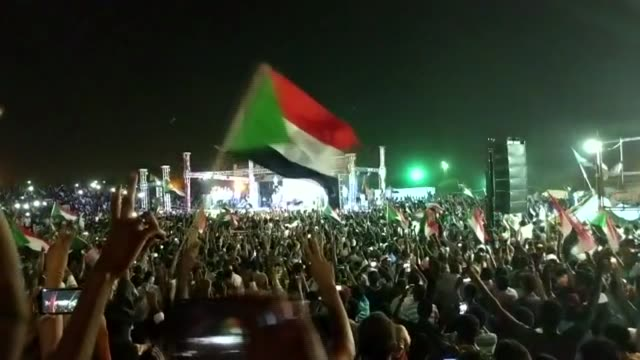 vídeos de stock, filmes e b-roll de government sends in security forces to clear protest camp outside military headquarters khartoum night wide shot large crowd of protesters with... - sudão