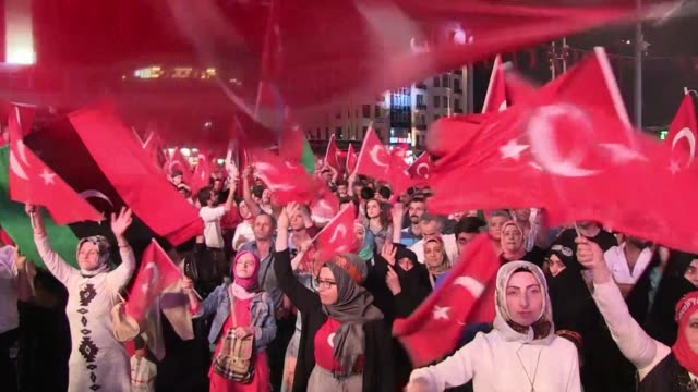 government supporters stage a rally in taksim square in istanbul as turkey widens its massive post coup purge to schools and the media vowing to root... - esilio video stock e b–roll