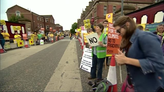 vidéos et rushes de government to allow fracking applications to be fasttracked through planning process t29061513 / tx 2962015 various shots of antifracking protesters... - lancashire