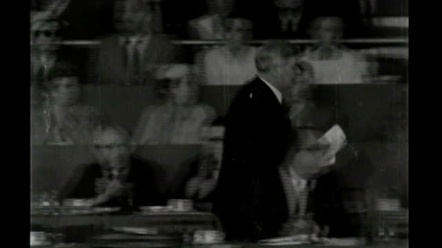 vidéos et rushes de government to announce nhs top ups 3101957 b/w footage nye bevan along at labour party conference - nhs anglais