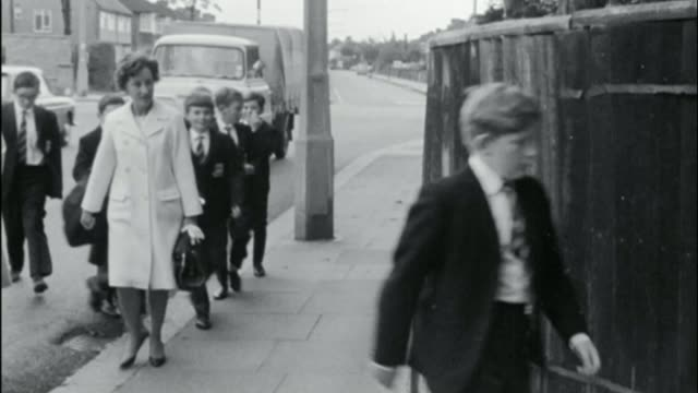 government to end ban on grammar schools fs200967013 / tx london enfield b/w schoolboys arriving at enfield grammar school b/w 'enfield grammar... - アルファベットのb点の映像素材/bロール