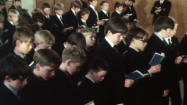 vidéos et rushes de government to end ban on grammar schools fs250670020 / birmingham birmingham central grammar school int **music heard sot** various of school boys... - choeur