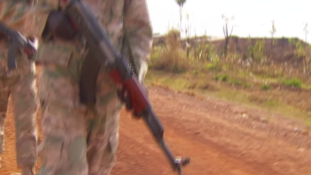 vidéos et rushes de government troops patrolling streets in yei south sudan - guerre civile