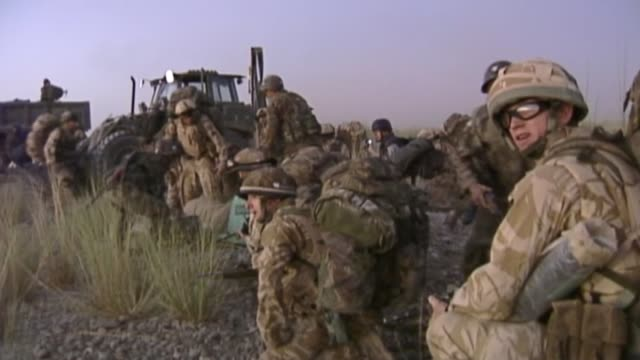 vídeos de stock e filmes b-roll de government urged to protect afghan interpreters who worked for british army r21090601 / helmand province sangin various shots british troops along as... - helmand