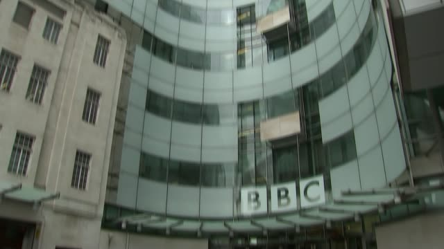 government white paper on future of the bbc; t14071517 / tx 14.7.2015 general view of new bbc broadcasting house tilt down sign 'bbc' end lib - white点の映像素材/bロール